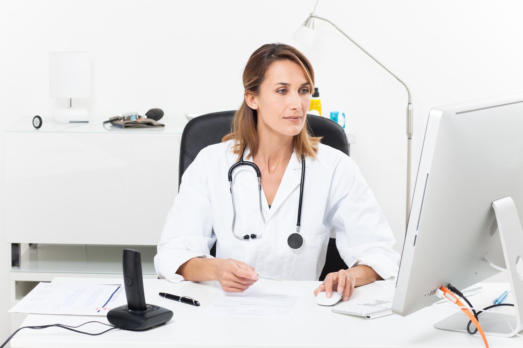 femme médecin en téléconsultation